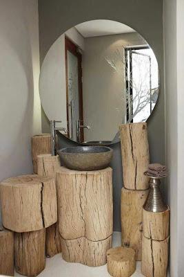 Un bonito lavamanos con aspecto rústico hecho con varios troncos
