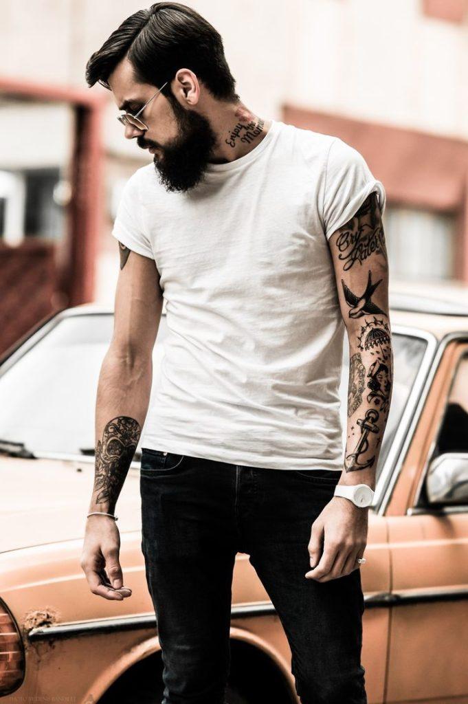 Look Estilo Rock Masculino com Camiseta Branca Lisa Básica
