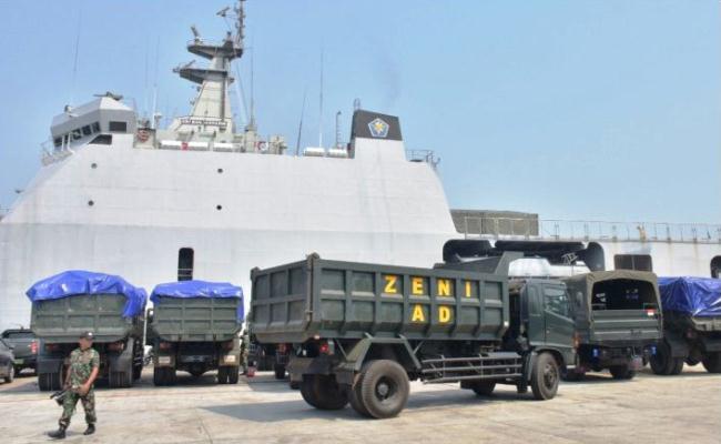 KRI Banjarmasin angkut alat berat TNI ke Lombok