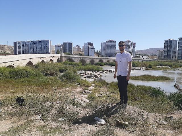 Harun İstenci Sivas'ta Tarihi Eğri Köprüyü ziyaret etti.