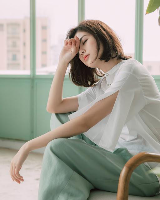 慕蓉實穿輕聲漫漫造型袖立領白襯衫