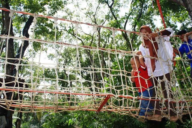 Anak-anak sangat senang diajak naik canopy trail