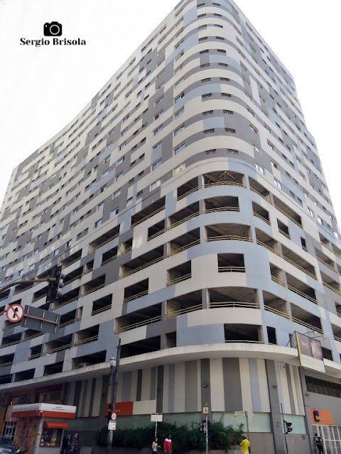 Vista ampla de um antigo edifício em processo total de retrofit residencial no Centro/Santa Ifigênia - São Paulo