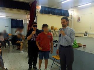 Ο Βαγγέλης μιλάει με τα παιδιά που έκαναν βιωματικό