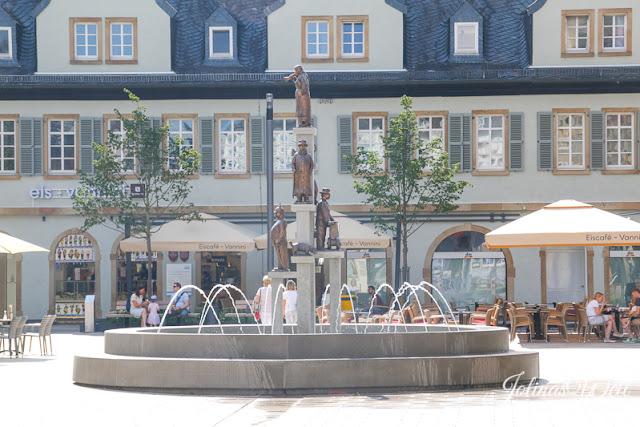 Der Kornmarkt in Bad Kreuznach mit Originale Brunnen