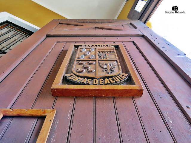 Perspectiva inferior do Emblema do Batalhão Tobias de Aguiar no portão da ROTA - Luz - São Paulo