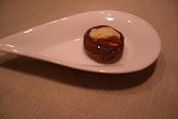 Champiñon relleno de huevo de codorniz, sobrasada y queso