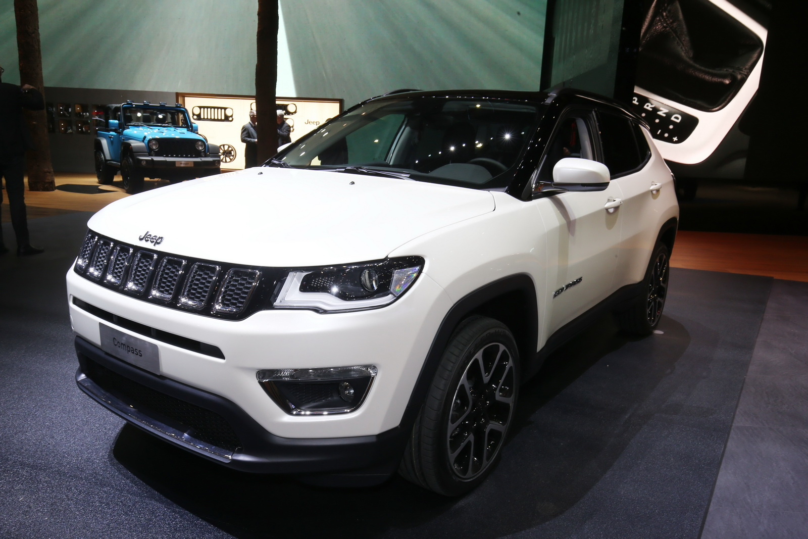 new euro spec jeep compass lands in geneva to challenge the nissan qashqai carscoops. Black Bedroom Furniture Sets. Home Design Ideas