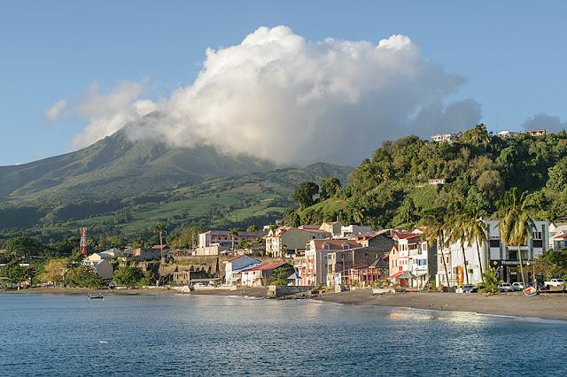 La ville de Saint-Pierre et la montagne Pelée