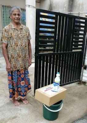 Mangsa banjir menerima Kit Kebersihan dari Clorox dan MERCY Malaysia