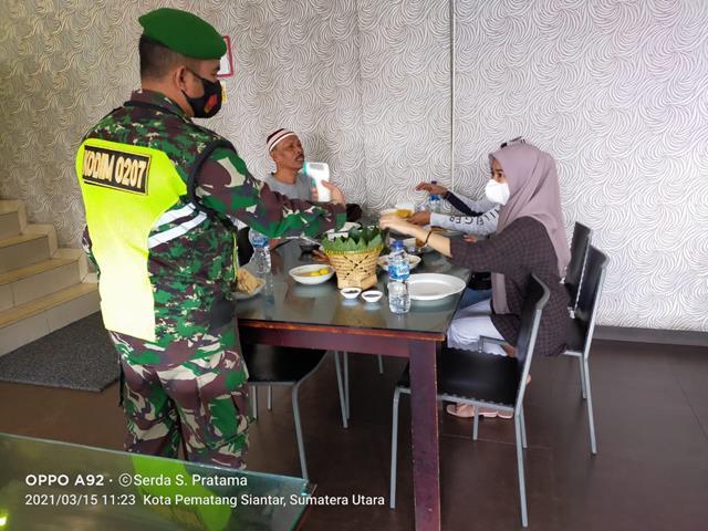 Sambangi Warga Di Kafe,  Personel jajaran Kodim 0207/Simalungun Himbau Agar Tetap Mematuhi Prokes