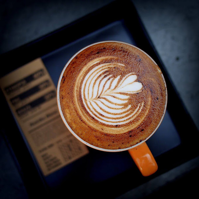 Cappuccino có nguồn gốc từ Espresso nhưng có phần nổi tiếng hơn và được nhiều nước trên thế giới ưa chuộng. Một tách Cappuccino bao gồm ba phần đều nhau: cà phê Espresso pha với một lượng nước gấp đôi (espresso lungo), sữa nóng và sữa sủi bọt.    Những người pha chế Cappucino chuyên nghiệp được gọi là Barista. Mỗi Barista thường có bí quyết riêng để pha được ly Cappucino ngon nhất. Tay nghề của Barista được thể hiện ở khả năng tạo bọt sữa.