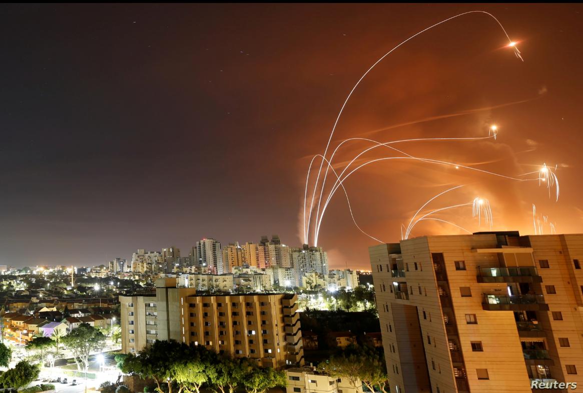 Trayectorias de misiles lanzados desde la Franja de Gaza e interceptados por sistemas de defensa israelíes iluminan el cielo en Ashkelon, Israel, el 12 de mayo de 2021 / REUTERS