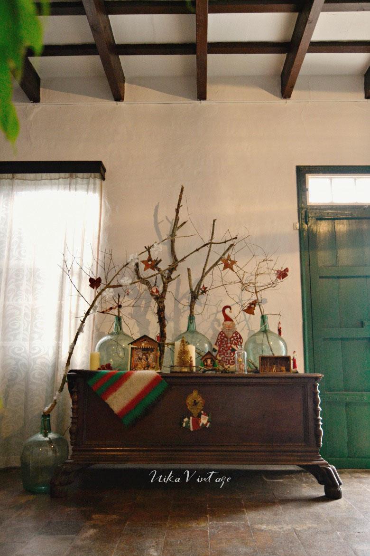 Ya llega la navidad de modo que toca cambio de decoración, este año en mi casa las protagonistas son las damajuanas