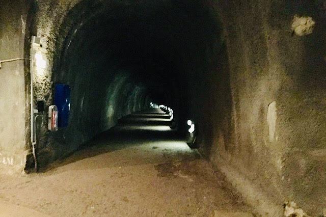 """""""Photo d'un tunnel du camp de Dora froid et humide"""""""