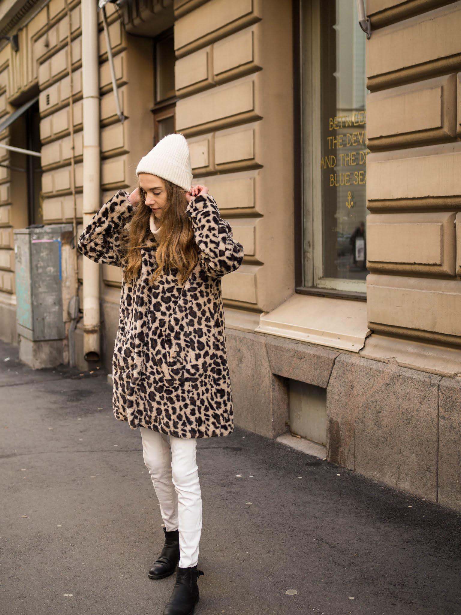 Winter outfit with leopard faux fur coat and white jeans // Talviasu leopardiprintti tekoturkiksen ja valkoisten farkkujen kanssa
