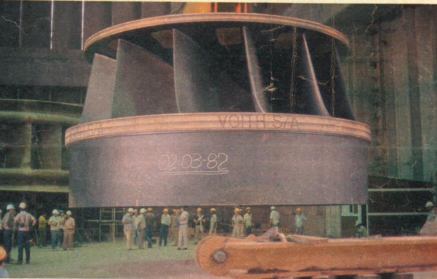 O rotor, em Itaipu, posicionado sobre fogueira de dormentes. Foto: acervo Irga