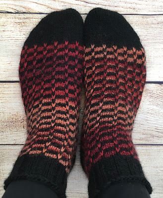 Socks knitted with ridge check pattern in DROPS Fabel Grand Canyon and Black