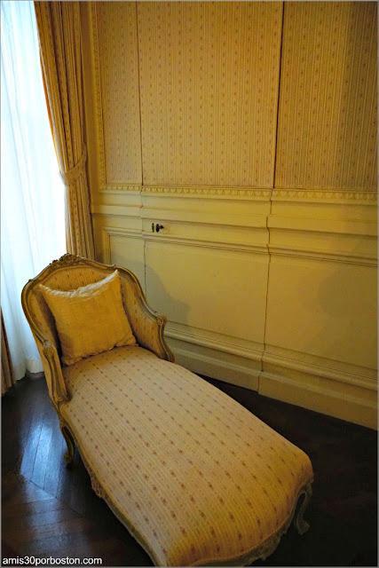 Puerta Secreta en el Dormitorio de la Condesa Szechenyi en la Mansión The Breakers, Newport