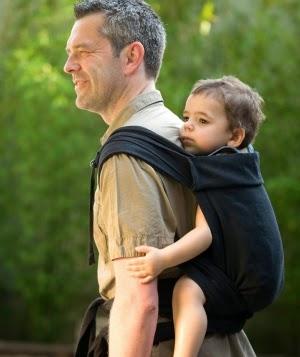 Comme dans tout porte-bébé physiologique, le poids de bébé est bien réparti  puisqu il repose sur ses fesses, cuisses, jusqu aux genoux. 5ba6c5b9d66