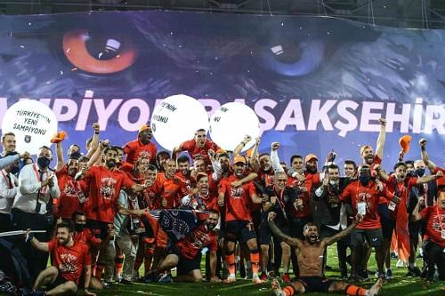 إسطنبول باشاك شهير يدخل التاريخ بعد تحقيق لقب الدوري التركي الممتاز
