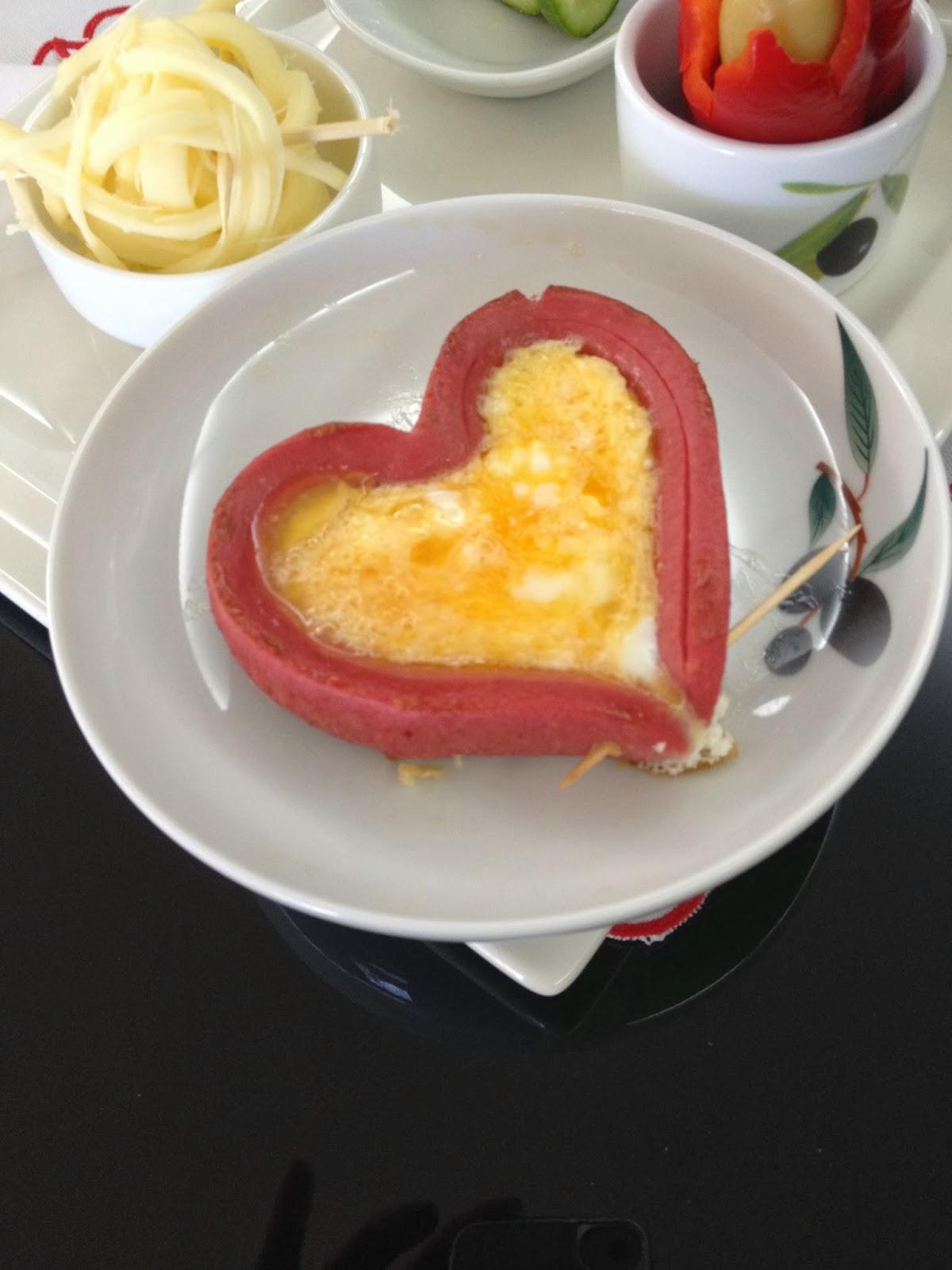 Kalp Sosisli Yumurta