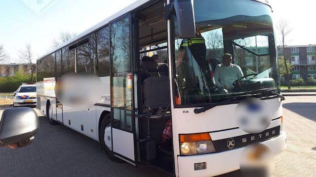 الشرطة الهولندية تُغرم سائق حافلة و ركابها بمبلغ لعدم تركهم مسافة متر و نصف