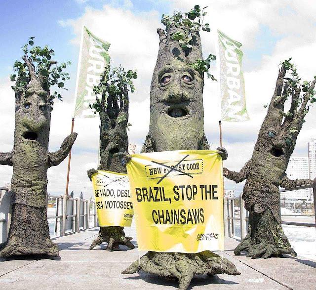 Afinal é mera propaganda com viés ideológico: Greenpeace protesta contra desmatamento na Amazônia, em Durban, África do Sul.