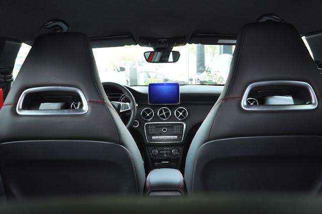 Nội thất Mercedes A250 2017 phong cách thể thao mạnh mẽ