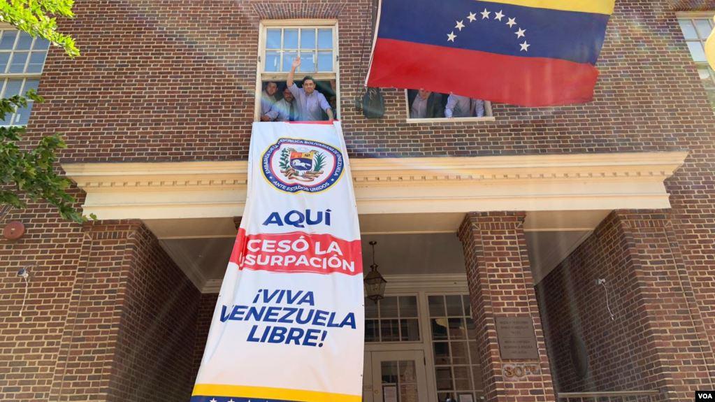 El equipo de Carlos Vecchio, embajador del gobierno interino de Venezuela en Washington, colocó una pancarta que señala: