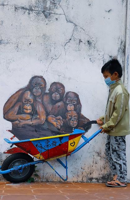 Hunting foto di Orangutan Murals di Kuching, Sarawak, Malaysia