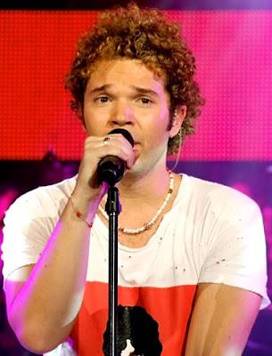 Foto de Andrés Cabas cantando en TV