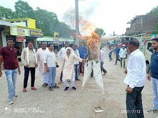 ब्लॉक कांग्रेस कमेटी ने शिवराज सिंह चौहान का पुतला दहन कर किया विरोध प्रदर्शन