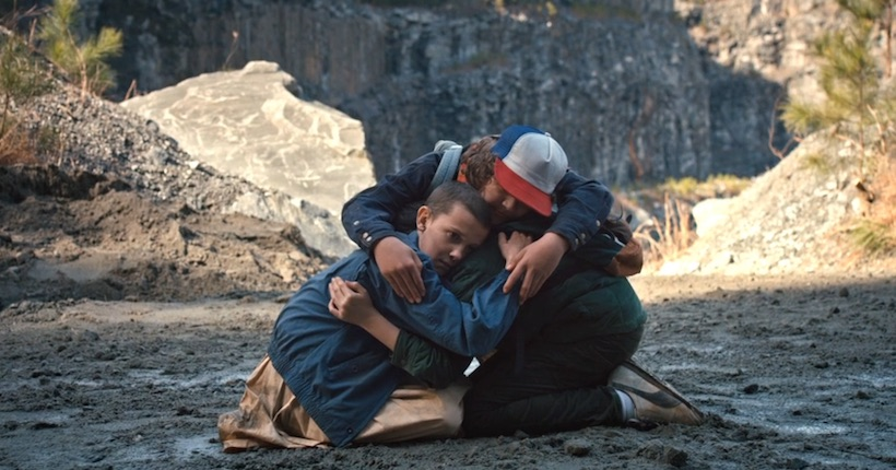 Escena de la serie de Netflix Stranger Things en la que los niños abrazan a Eleven Millie Bobby Brown
