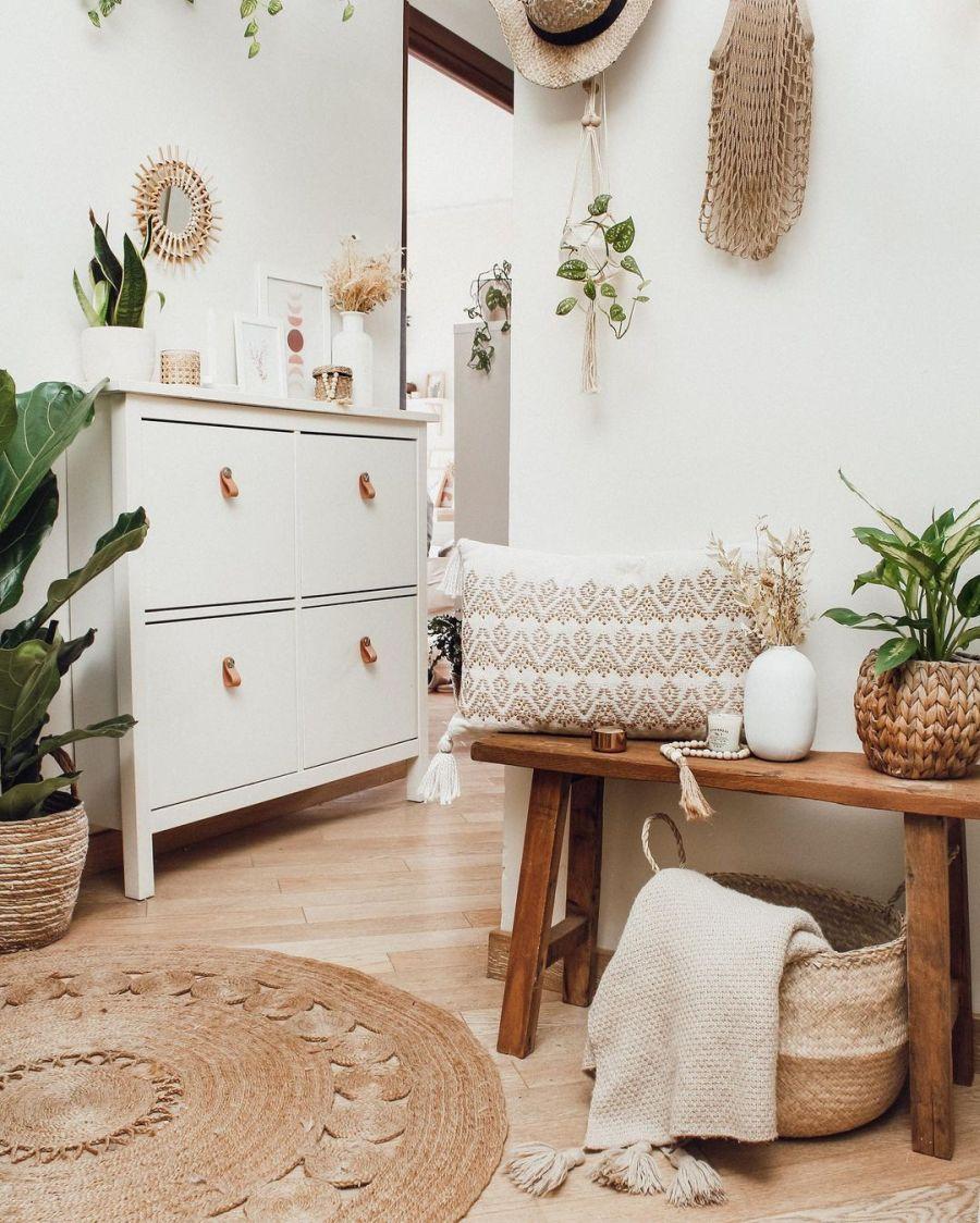 Biel, boho i styl skandynawski, wystrój wnętrz, wnętrza, urządzanie domu, dekoracje wnętrz, aranżacja wnętrz, inspiracje wnętrz, interior design, dom i wnętrze, aranżacja mieszkania, modne wnętrza, home decor, boho, styl skandynawski, scandinavian style, białe wnętrza, przedpokój, hol, drewniana ława