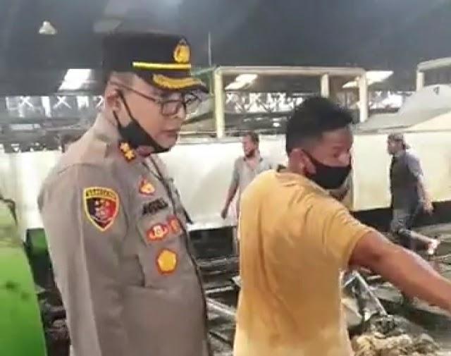 PT.ADEI Tebing Tinggi Terbakar, Kapolres Turut Padamkan Api di TKP