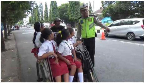 VIRAL!! Anak SD Melongo Lihat Pak Polisi Ceramahi Tukang Becak