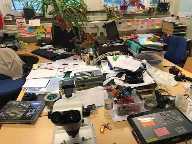 Erittäin sotkuinen ja täpötäysi toimisto