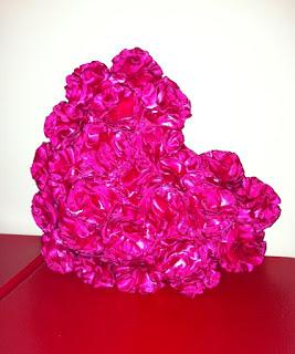 fuşya pembe güllerle süslü kalp ayna