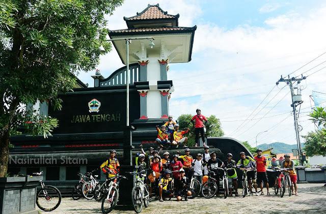 Sampai di Gapura perbatasan Kulon Progo - Purworejo