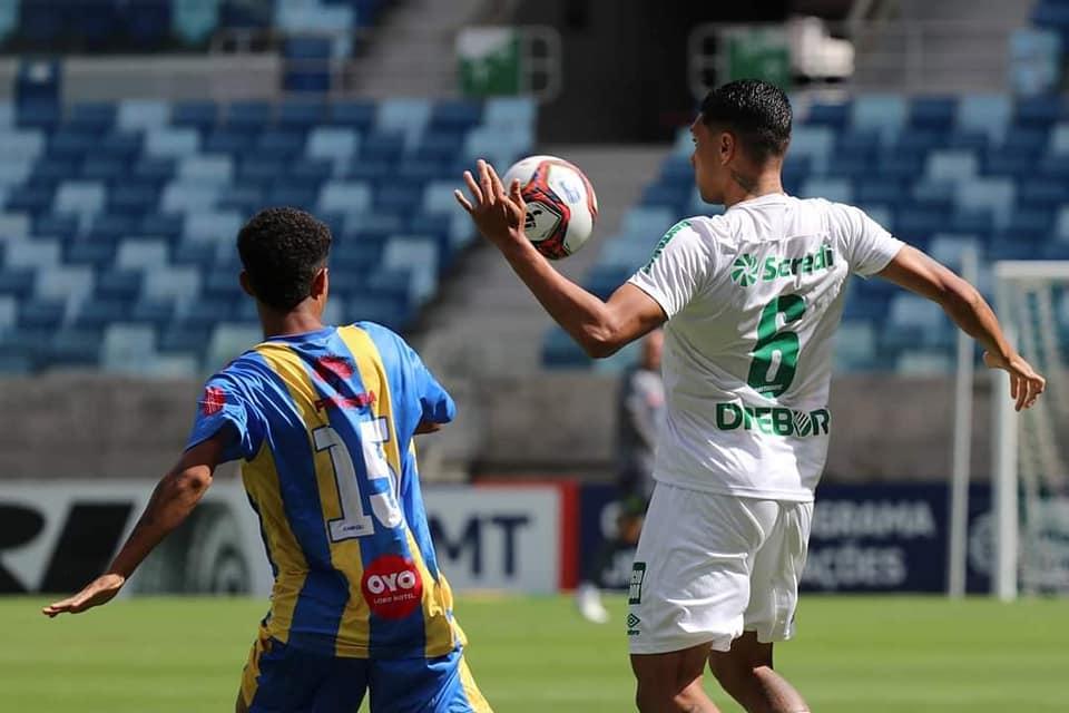 Atletas de futebol disputam bola no estádio Arena Pantanal