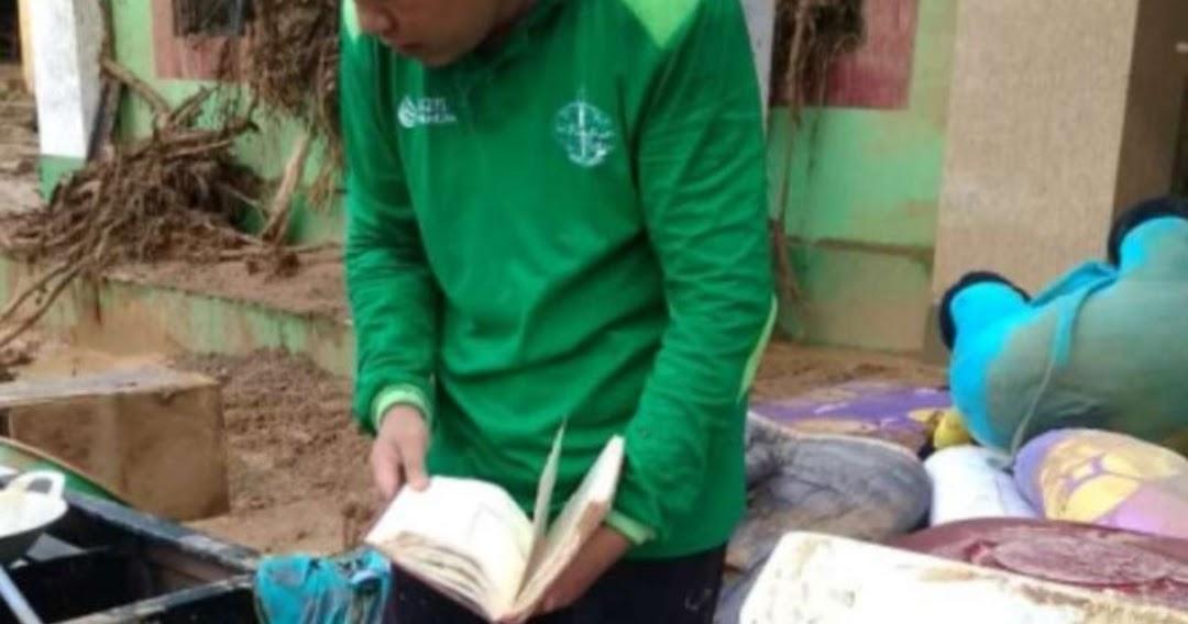 Relawan Temukan Al-Qur'an Tak Tersentuh Lumpur Banjir Di