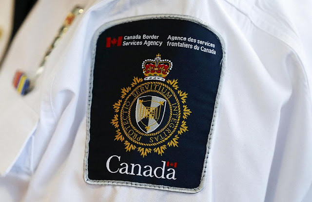 An image of the CBSA's patch on an officer