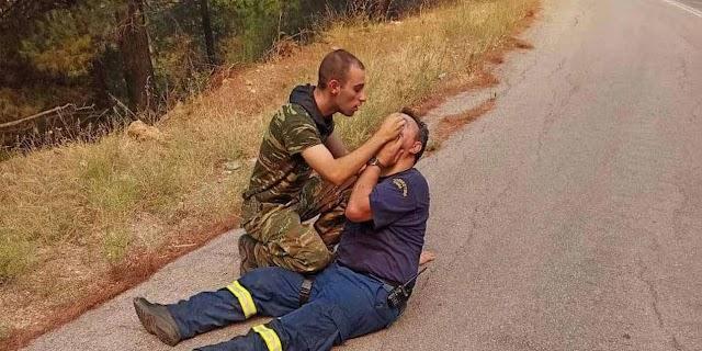 Η αυτοθυσία των ΕΔ στις φωτιές: Συγκλονιστική εικόνα, στρατιώτης παρέχει τις πρώτες βοήθειες σε πυροσβέστη (ΦΩΤΟ)