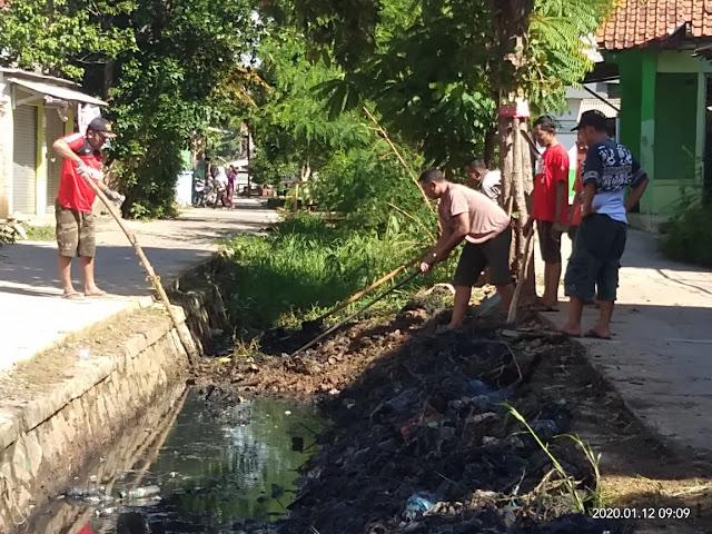 Warga RT03 Rawabugel Persis Belakang Summarecon Kerja Bakti Bersihkan Lingkungan