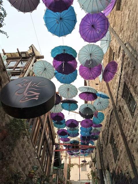 scalinata nel centro storico decorata con ombrellini
