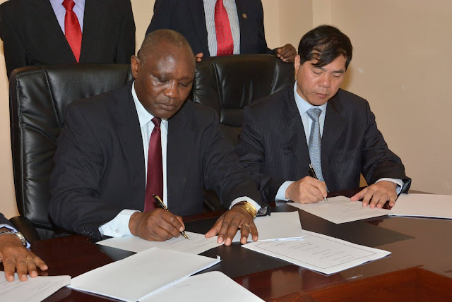 Kisii Governor James Ongwae with Chinese firms