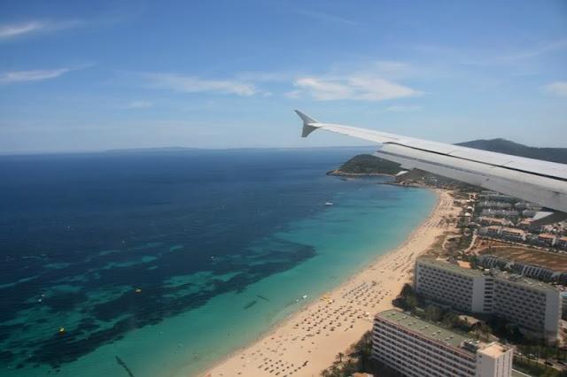 Avião chegando a Ibiza