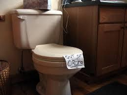 cara memperbaiki toilet tersumbat