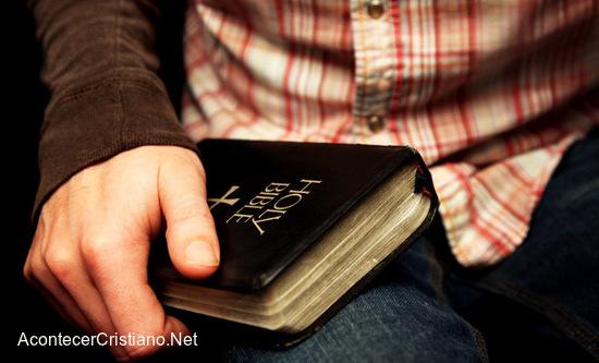 Cristianos perseguidos por tener Biblias